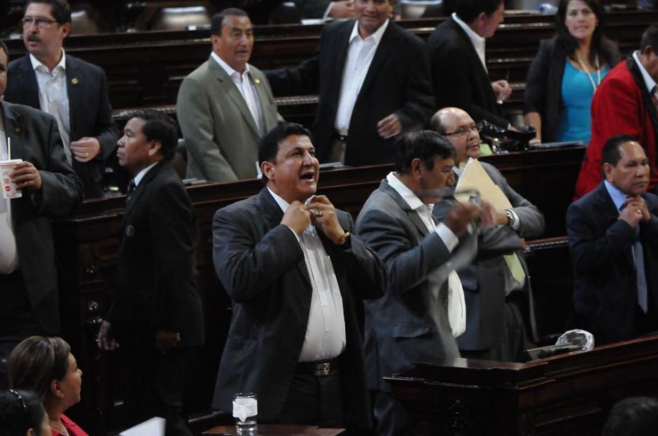 Los diputados se quitaron las corbatas en señal de protesta y aprobaron un Acuerdo para blindarse. (Foto: Jesús Alfonso/Soy502)