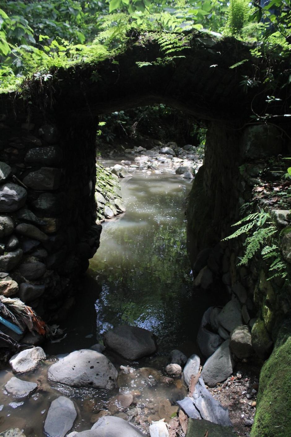 El barranco cuenta con un pequeño puente de antaño. (Foto: Andrea Castillo/Soy502)