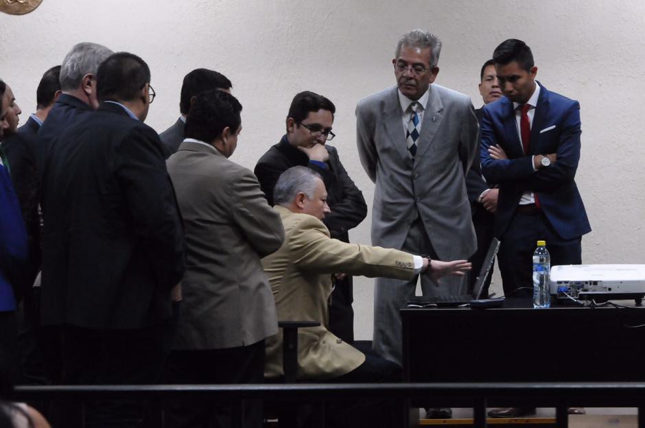 """Salvador González alias """"Eco"""" explicó a abogados, fiscales y acusados cómo están distribuidos los documentos en su computadora. (Foto: Jesús Alfonso/Soy502)"""