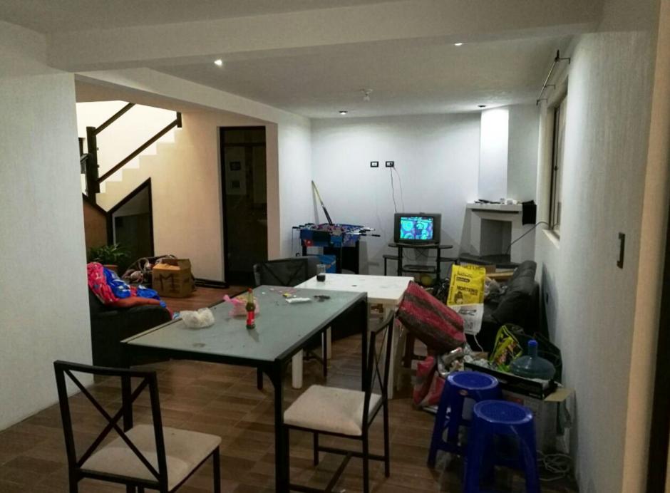 En interior de la vivienda todo estaba desordenado. (Foto: PNC)
