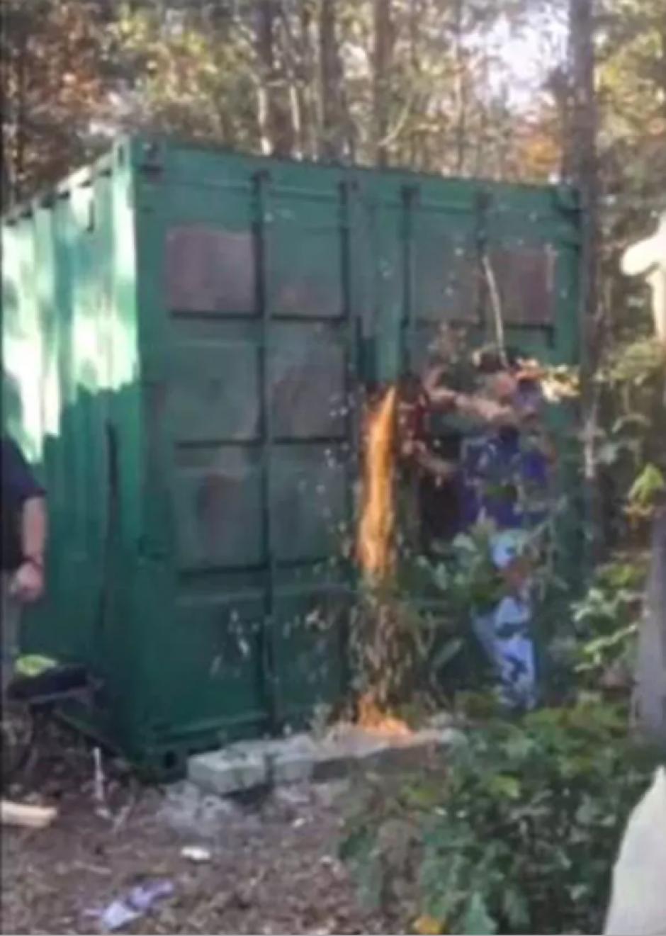 El criminal encerraba a sus víctimas en este contenedor. (Foto: captura de pantalla)