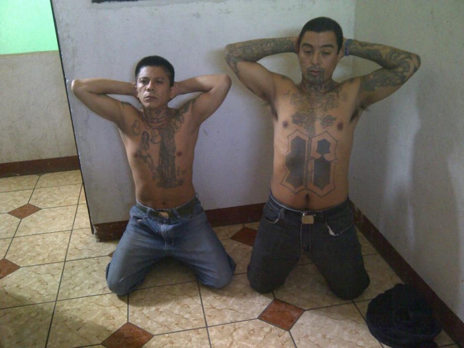 El Smoquin (izquierda) lideraba las extorsiones desde la prisión, según el MP. (Foto: PNC)