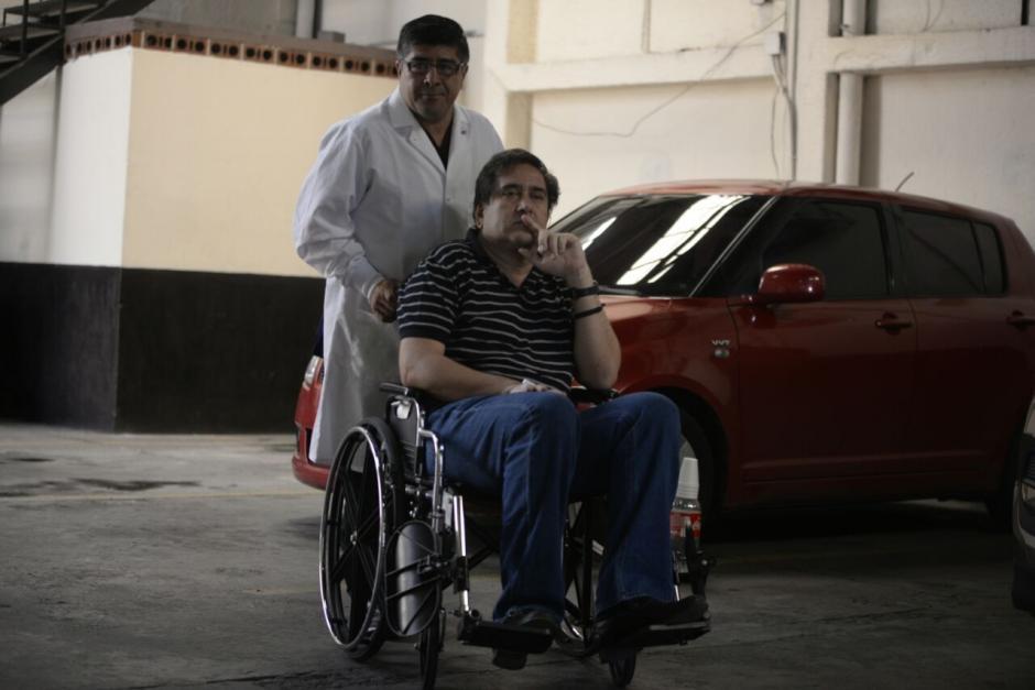 Gustavo Alejos asistió a la audiencia del caso Negociantes de Salud acompañado de dos enfermeros. (Foto: Wilder López/Soy502)