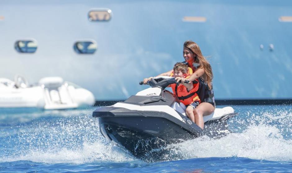 Roccuzzo se divierte con las motos acuáticas. (Foto: Twitter)