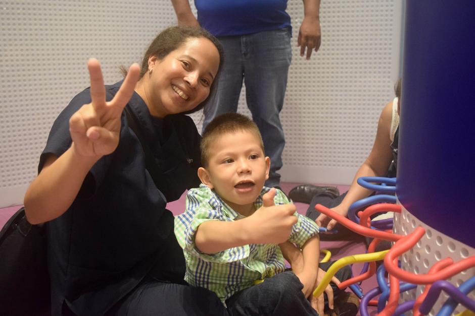 Los niños reciben terapias al lado de sus padres. (Foto: Vivian Nij/Soy502)