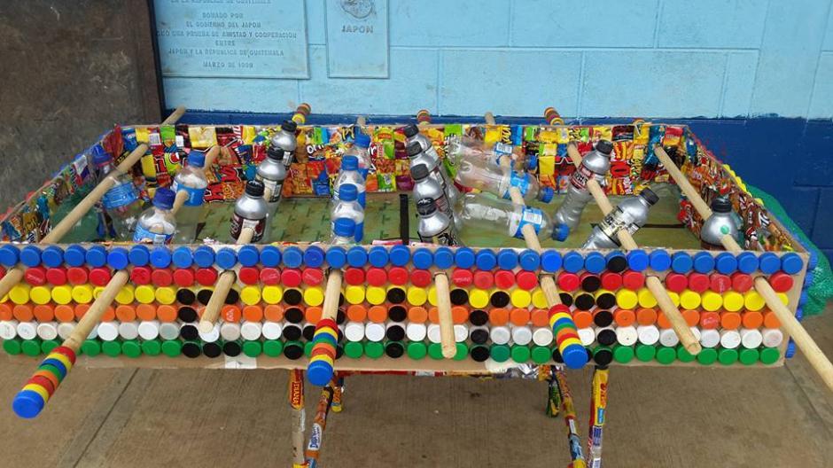 Maestro crea juego de mesa con materiales reciclados | Soy502