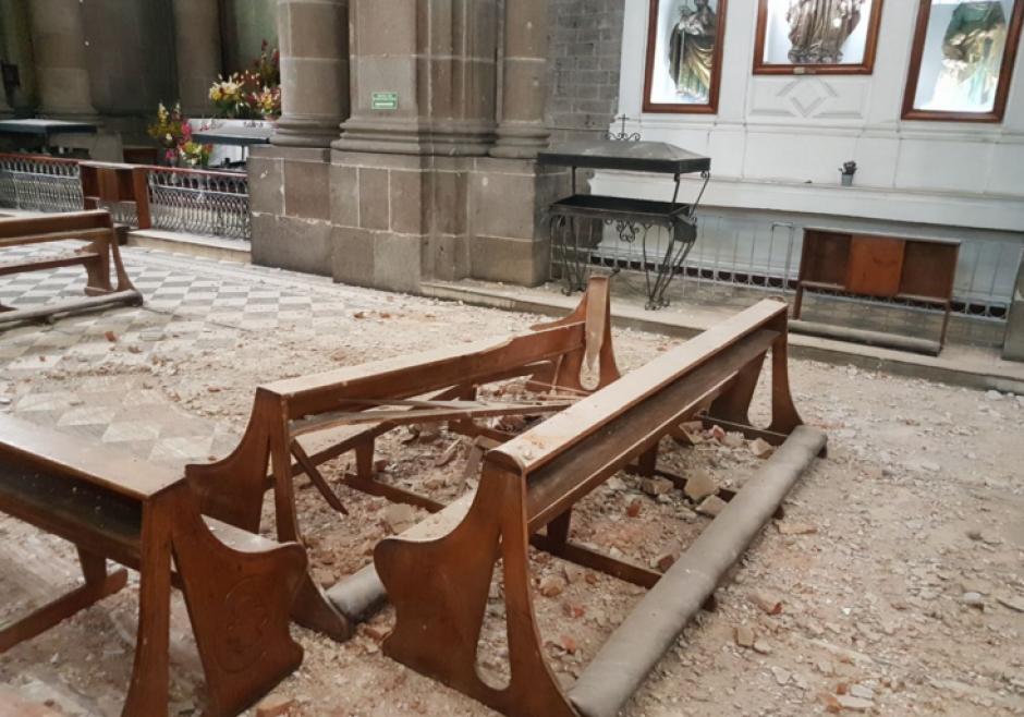 Trozos de ladrillo y concreto se despegaron de la construcción. (Foto: Stereo100)