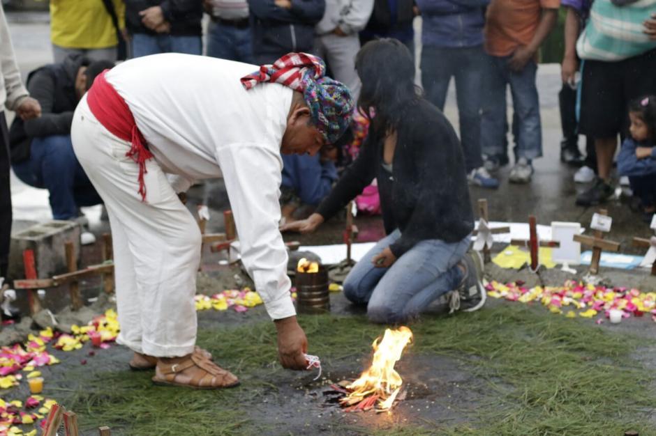Una ceremonia maya fue parte de la actividad. (Foto: Alejandro Balán/Soy502)