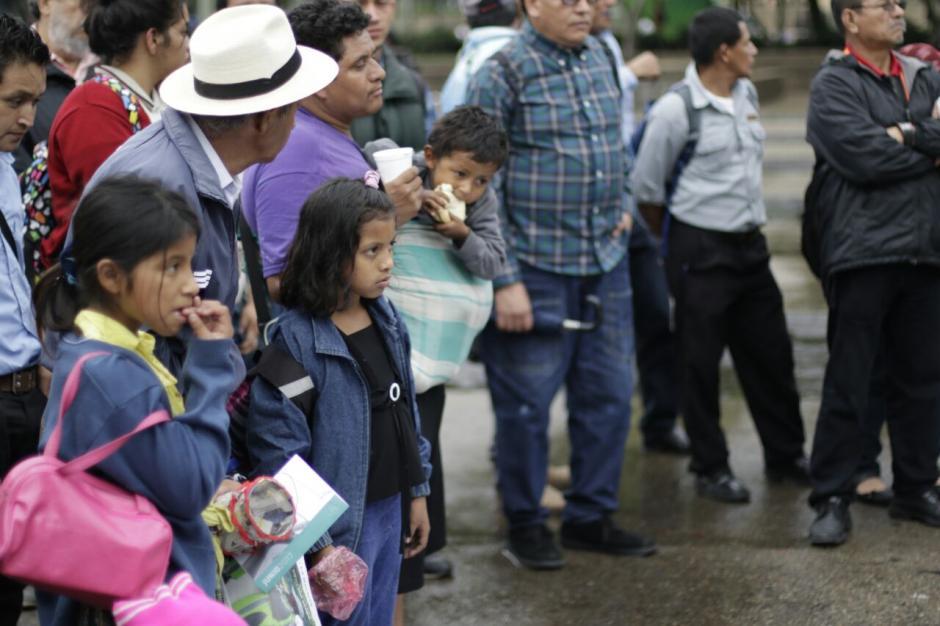 Algunas personas se acercaron para participar en la ceremonia. (Foto: Alejandro Balán/Soy502)