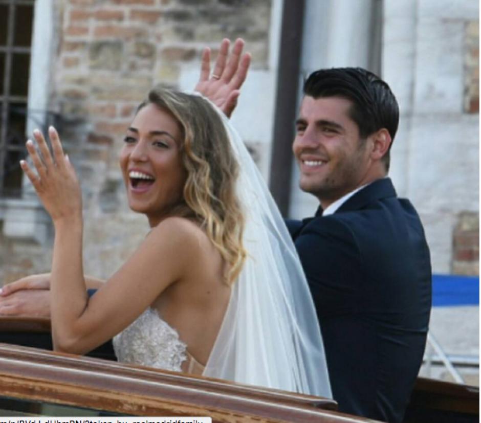 Los novios saludaron desde una góndola en Venecia. (Foto: Instagram)