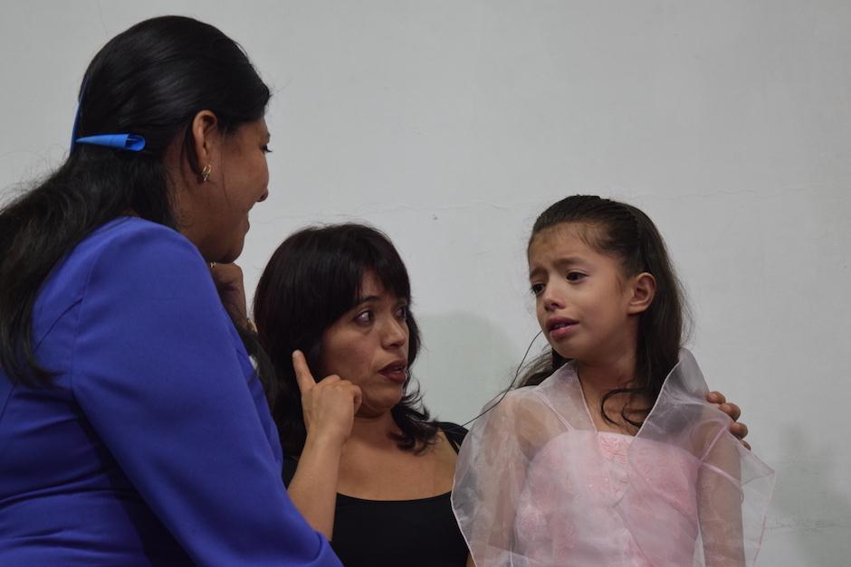 Nahomi Pineda, de 8 años de edad, se asustó mucho al escuchar. (Foto: Vivian Nij/Soy502)