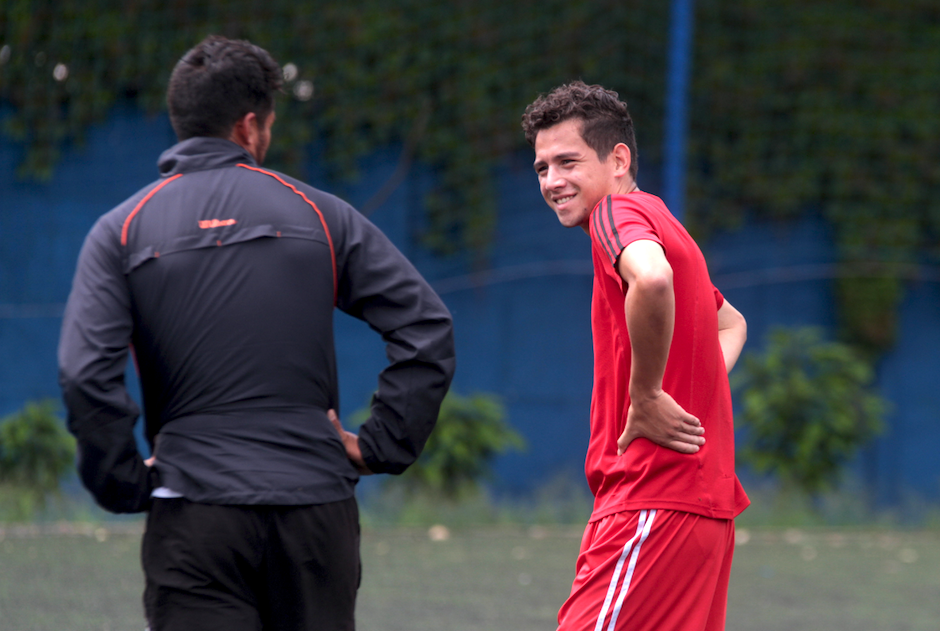 José Morales conversa con Angelo Padilla, delantero de Mixco. (Foto: Luis Barrios/Soy502)