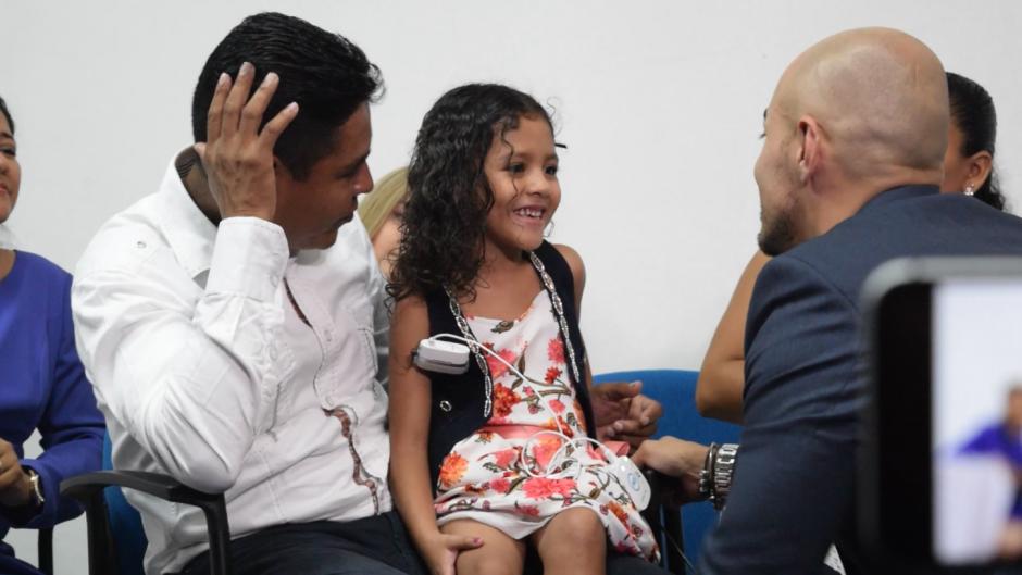 Yenci Ramirez, de 5 años, estuvo muy feliz y así reaccionó. (Foto: Vivian Nij/Soy502)