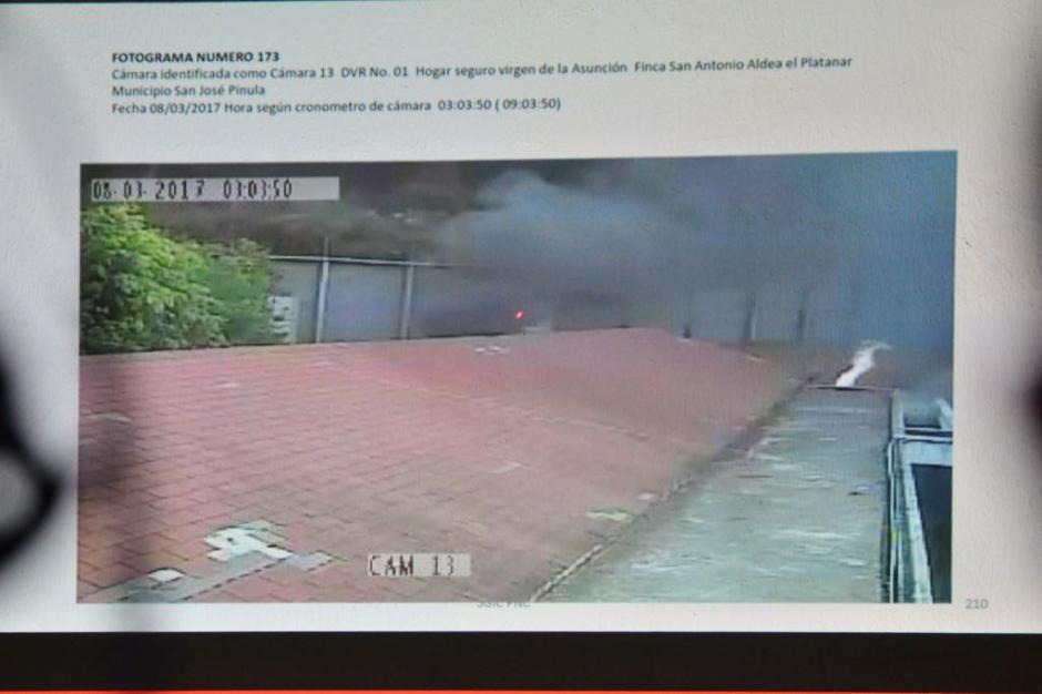 Se mostraron fotos del incendio que mató a 41 niñas. (Foto: Jesús Alfonso/Soy502)