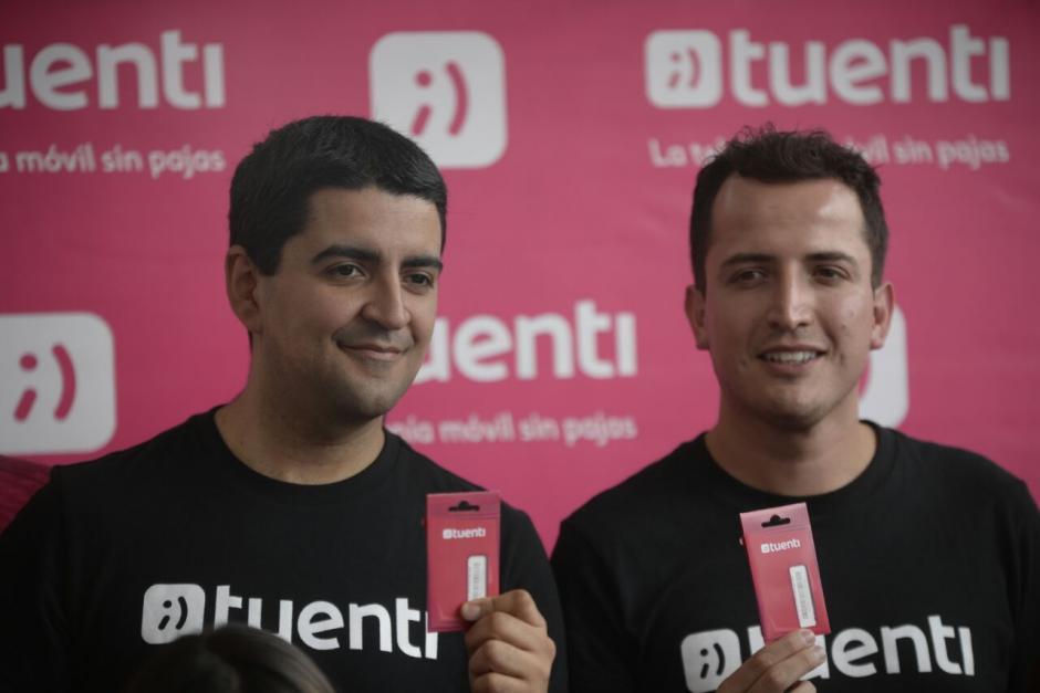 Jorge Dighero (izq.) y Juan Carlos Pacheco (der.) posan con sus tarjetas SIM. (Foto: Wilder López/Soy502)