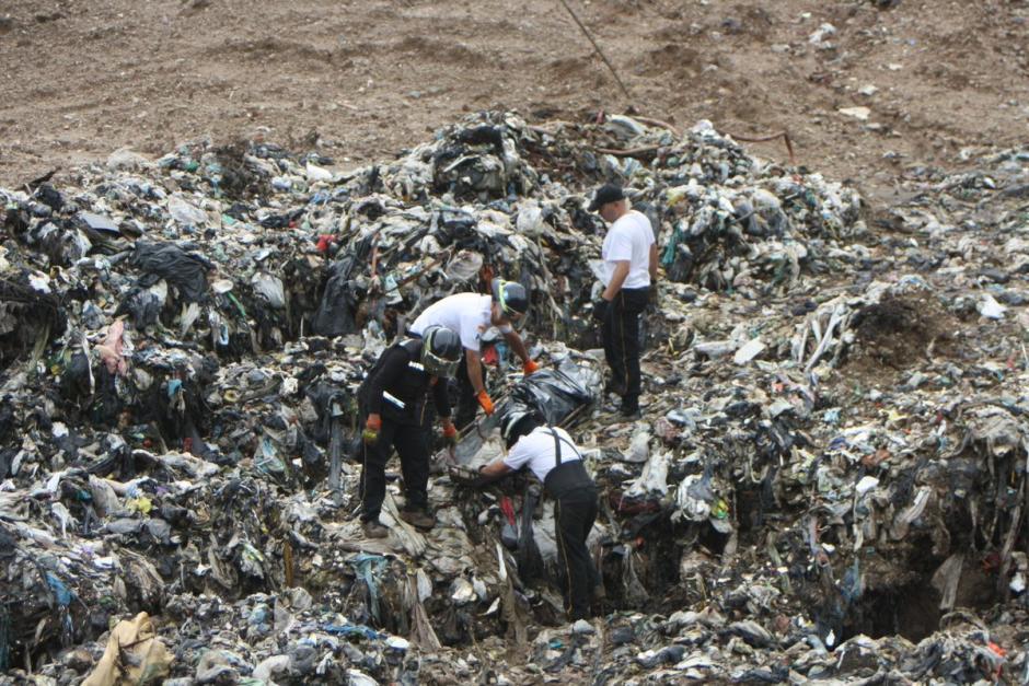 """El cuerpo fue arrastrado por las lluvias y hallado en el basurero de la zona 3, en el área conocida como """"La Mina"""".(Foto: Bomberos Voluntarios)"""