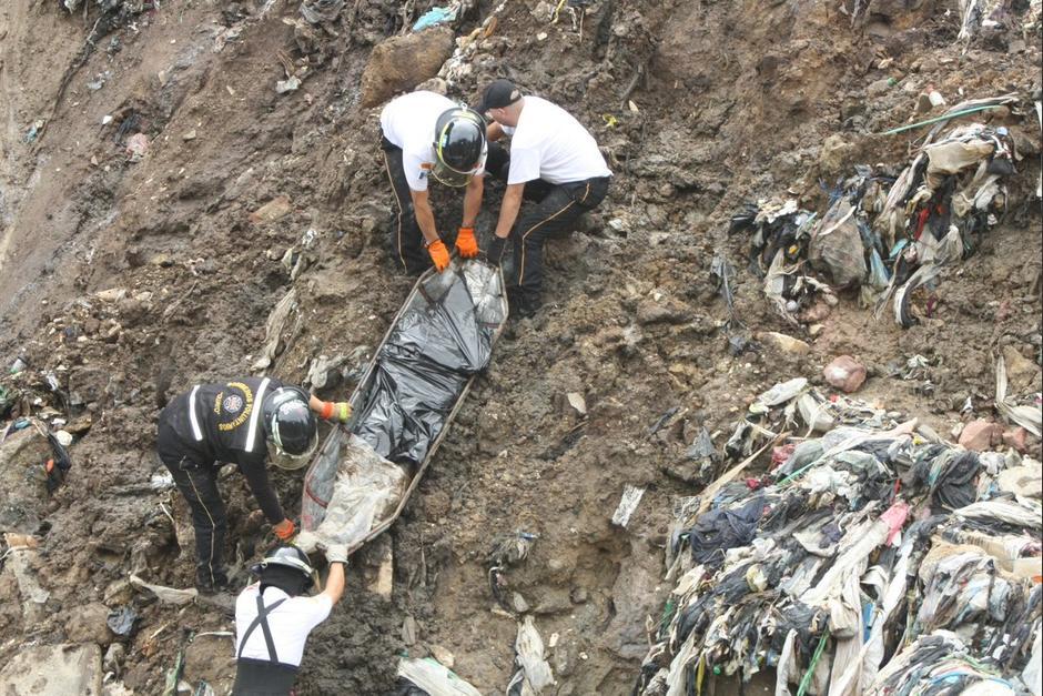 Los Bomberos Voluntarios encontraron un cuerpo en el fondo del barranco. (Foto: Bomberos Voluntarios)