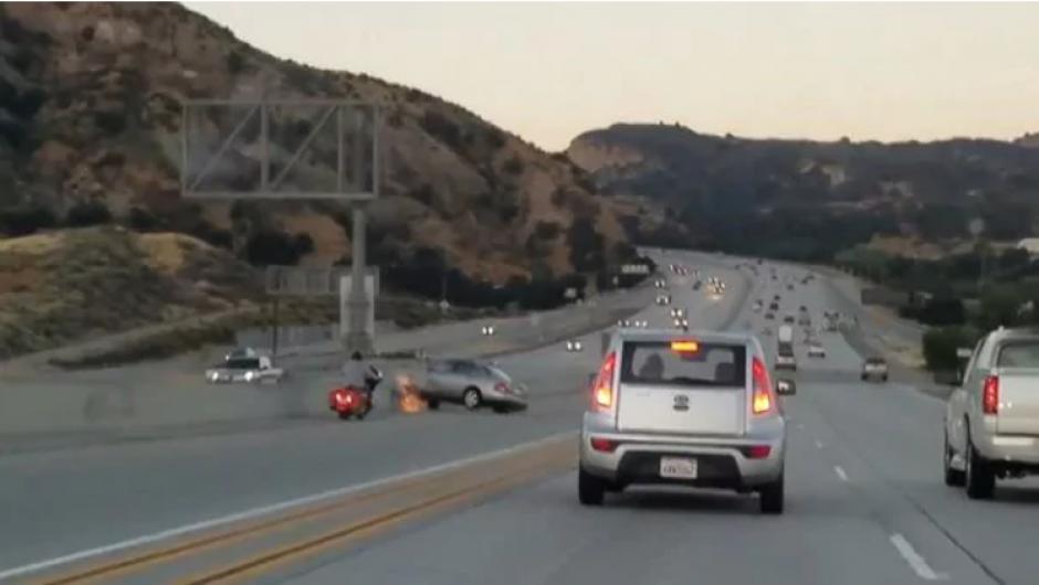 El conductor perdió el control del carro y chocó contra el muro de contención. (Captura de pantalla)