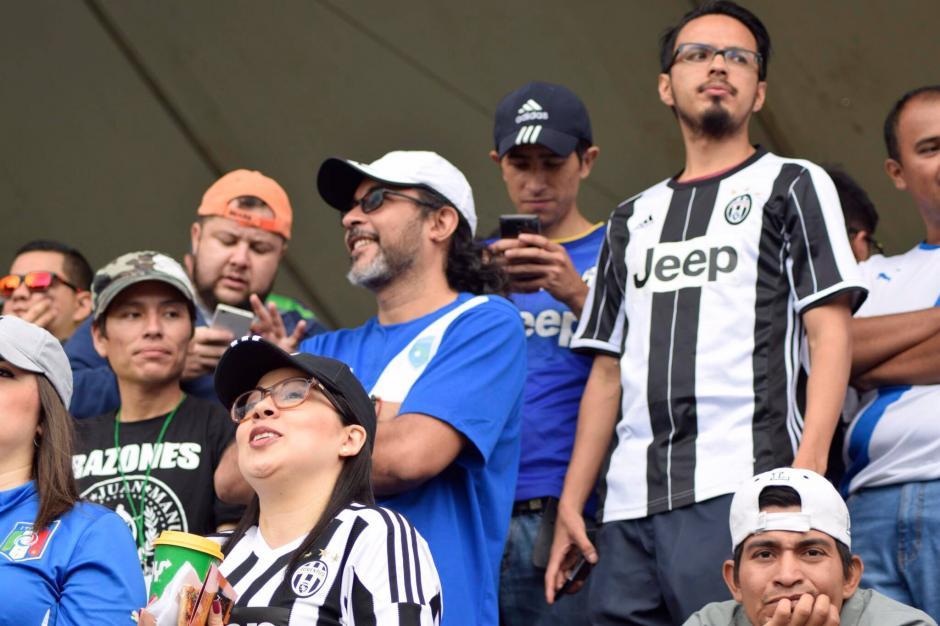 Varios aficionados llegaron al estadio Manuel Felipe Carrera con la camisa de la Juventus. (Foto: Javier Grazioso/Soy502)