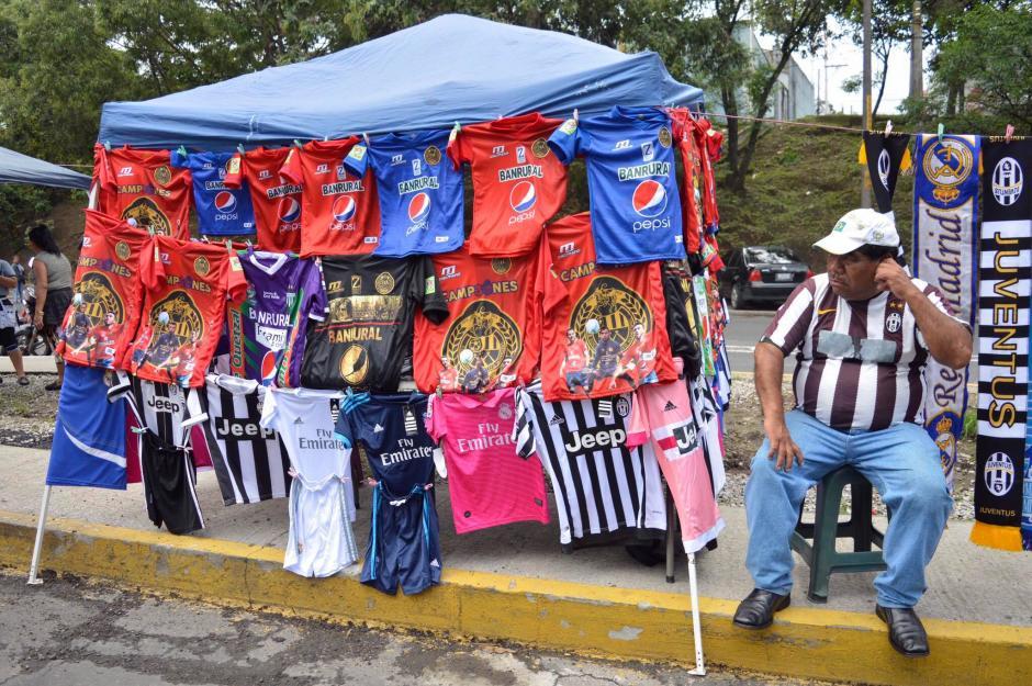 En las afueras del estadio se vendieron camisas de la Juventus y el Real Madrid. (Foto: Felipe Garrán/Soy502)