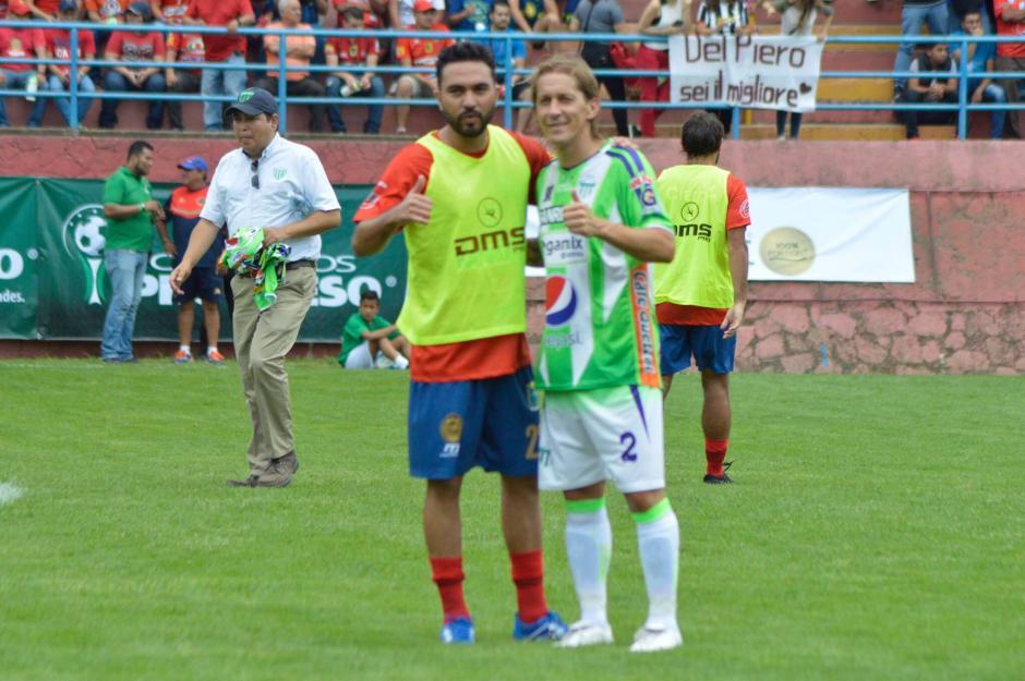 Salgado aprovechó para tomarse una foto con el goleador rojo Carlos Kamiani Félix. (Foto: Felipe Garrán/Soy502)