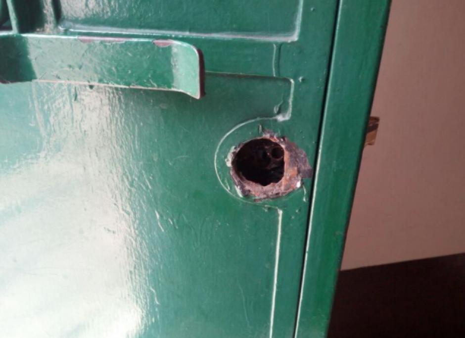 Los ladrones forzaron la puerta para entrar. (Foto: PNC)