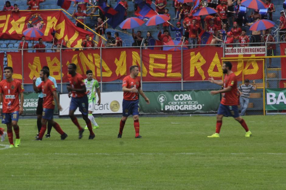 Kamiani Félix felicita al italiano por el golazo que le anotó a Antigua. (Foto: Fredy Hernández/Soy502)
