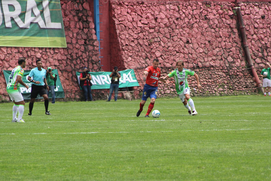 Alessandro del Piero y Michel Salgado disputan el balón en la mitad del campo. (Foto: Fredy Hernández/Soy502)