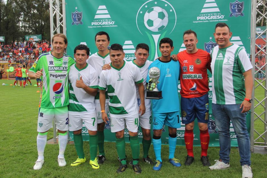Los visitantes de lujo compartieron con varios jugadores amateur a mitad del juego. (Foto: Fredy Hernández/Soy502)