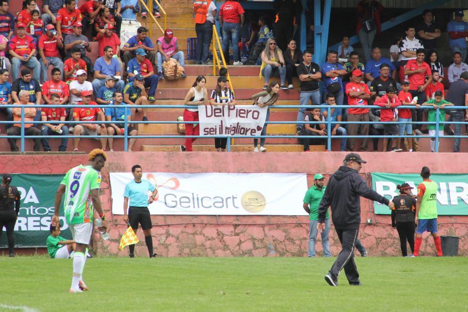 Algunos seguidores del italiano se acercaron al estadio de la zona 3. (Foto: Javier Grazioso/Soy502)
