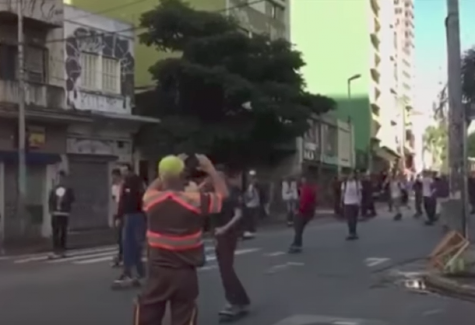 El incidente ocurrió cuando decenas de jóvenes circulaban por una calle de São Paulo. (Foto: Captura de video/YouTube)