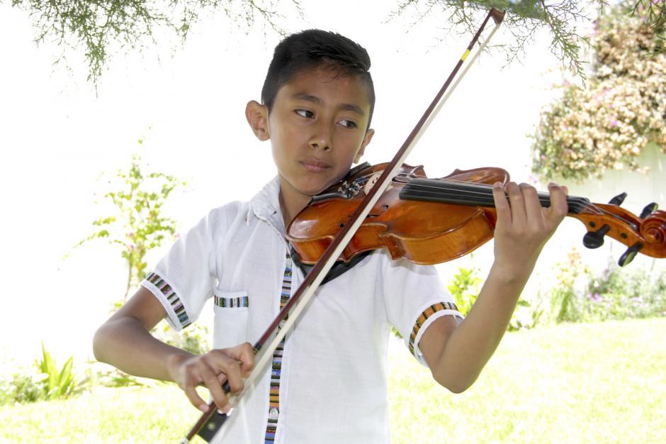 Abner es un niño de San Juan Sacatepéquez y tiene un gran talento para este instrumento. (Foto: Fredy Hernández/Soy502)