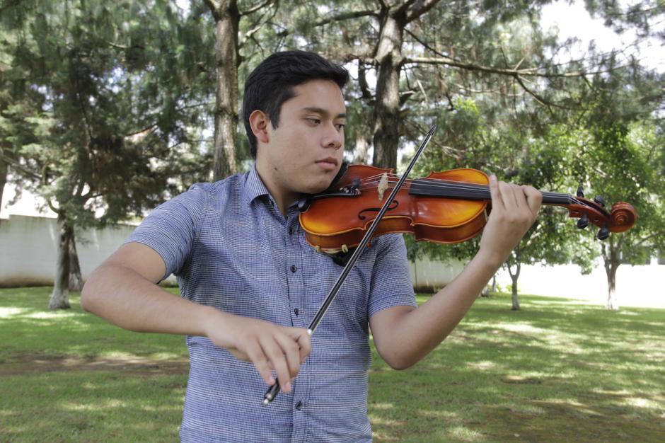 Los alumnos dedican cerca de seis horas a la práctica del violín. (Foto: Fredy Hernández/Soy502)