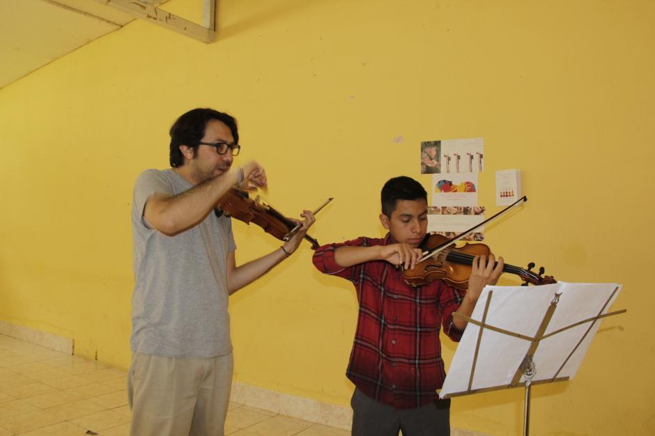 Survier ayuda a cada uno de los participantes que integran el campamento. (Foto: Fredy Hernández/Soy502)