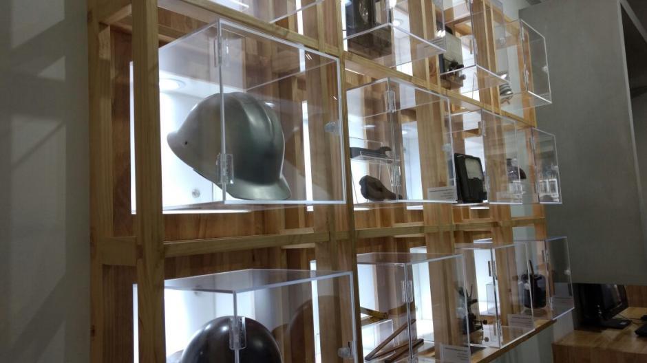 Materiales y herramientas de construcción forman parte de la exposición. (Foto: Juliet Cabrera/Soy502)