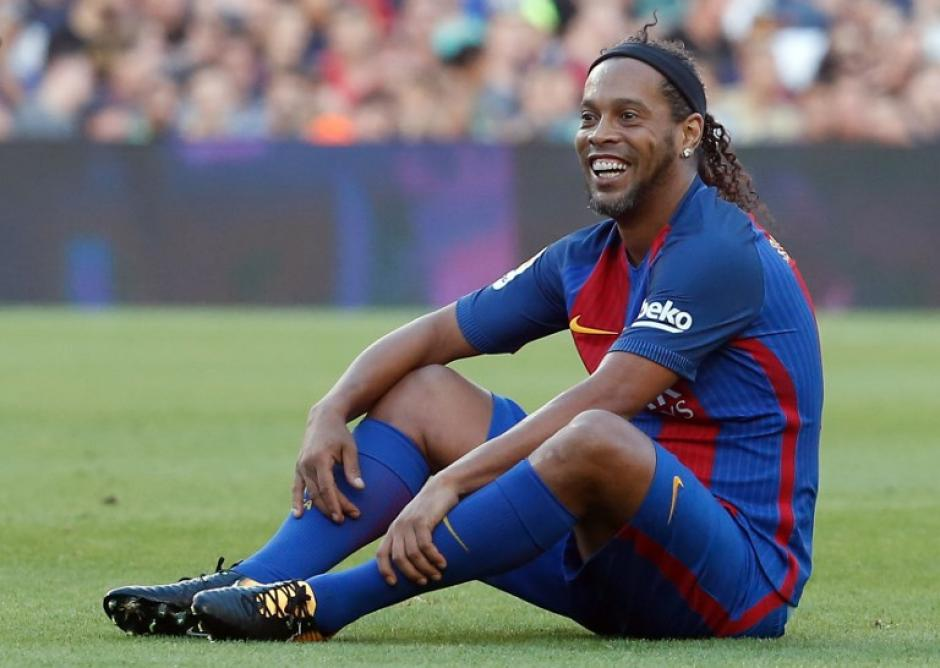 Ronaldinho mostró que aún posee la magia en sus pies. (Foto: AFP)