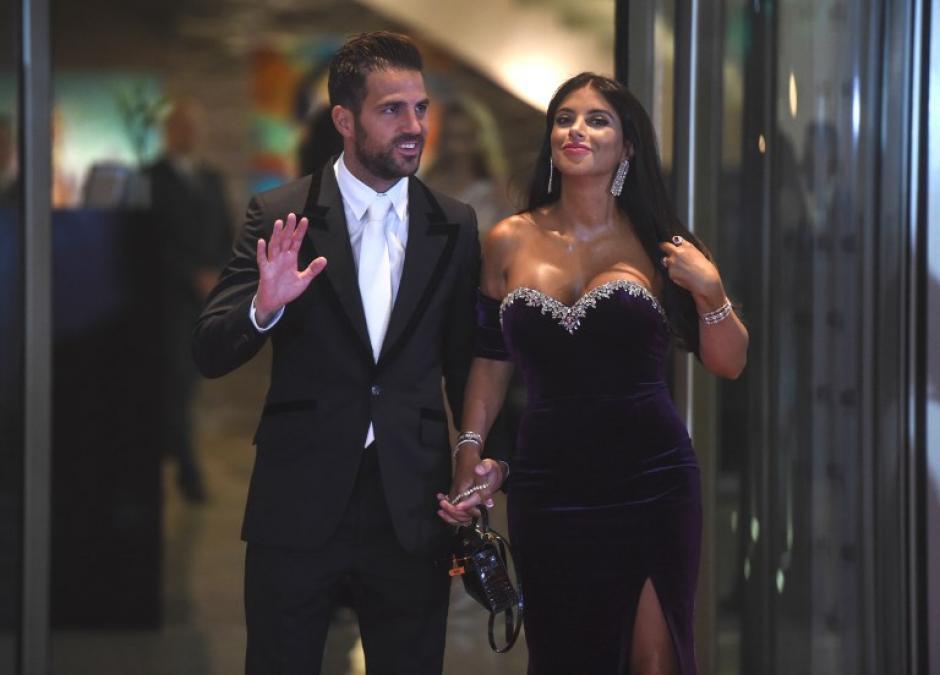 Cesc Fabregas y su esposa saludaron a la prensa local. (Foto: AFP)