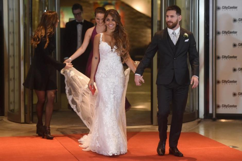 Los esposos Messi Roccuzzo compartieron algunos segundos con la prensa local. (Foto: AFP)
