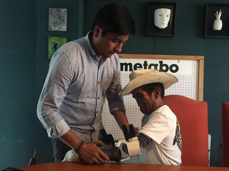 Don Tanislao, de 64 años de edad, recibió una prótesis hecha con una impresora 3D. (Foto: Imprende/Facebook)