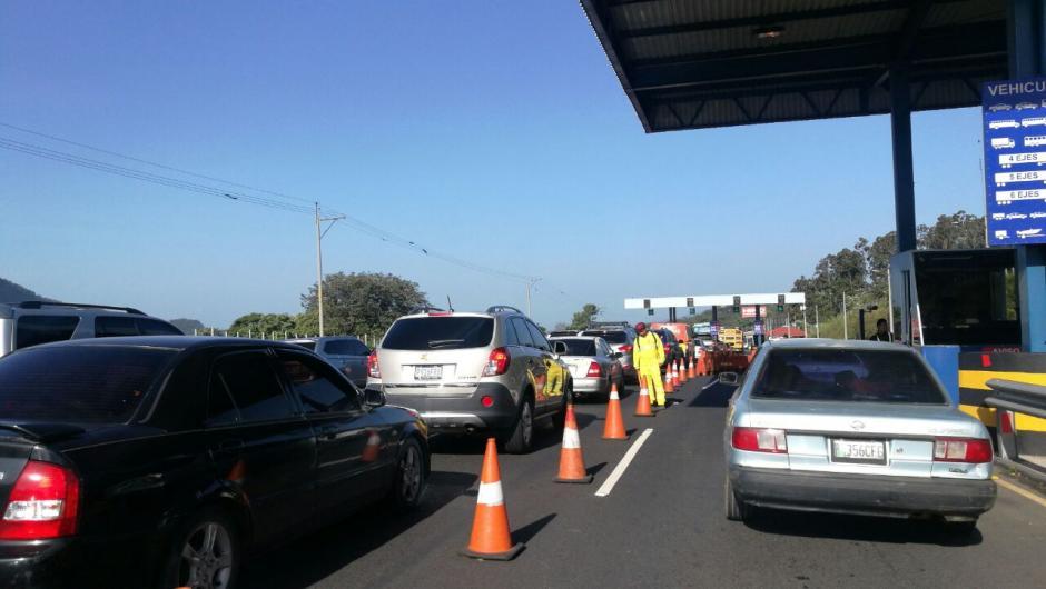 El peaje hacia la Costa Sur ya reporta congestionamiento desde la mañana. (Foto: Wilder López/Soy502)