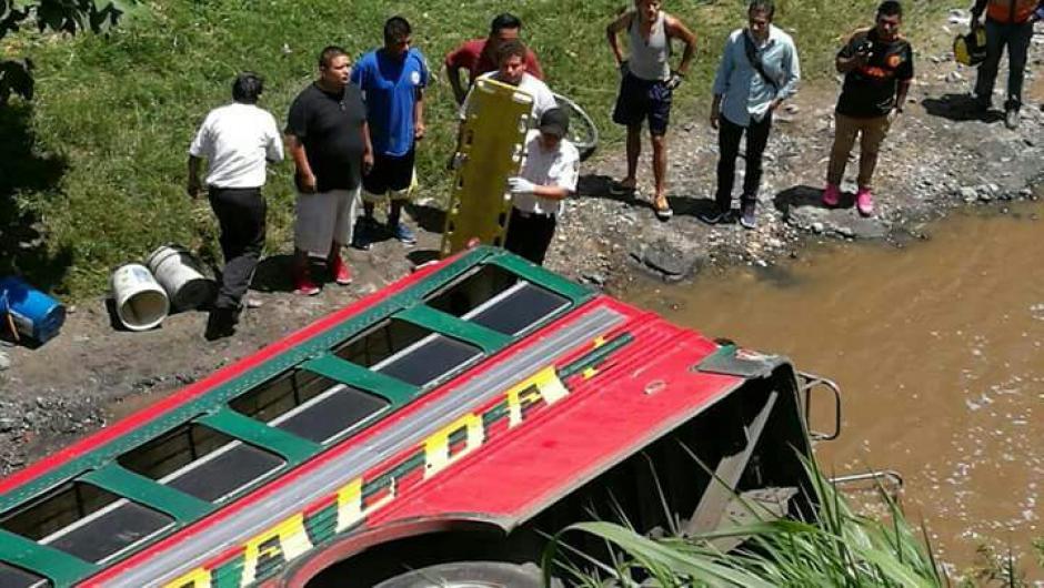 Según se conoce, el bus se quedó sin frenos. (Foto: Bomberos Voluntarios)