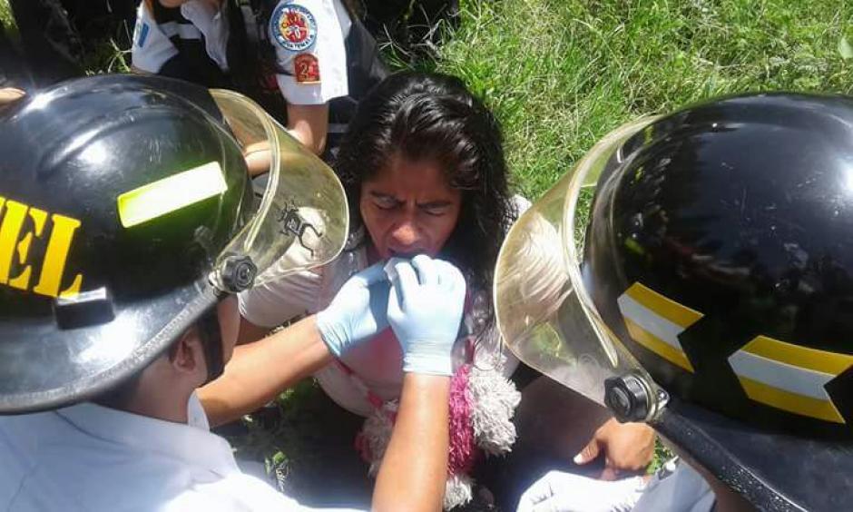 Algunos pasajeros fueron atendidos en el lugar del accidente. (Foto: Bomberos Voluntarios)