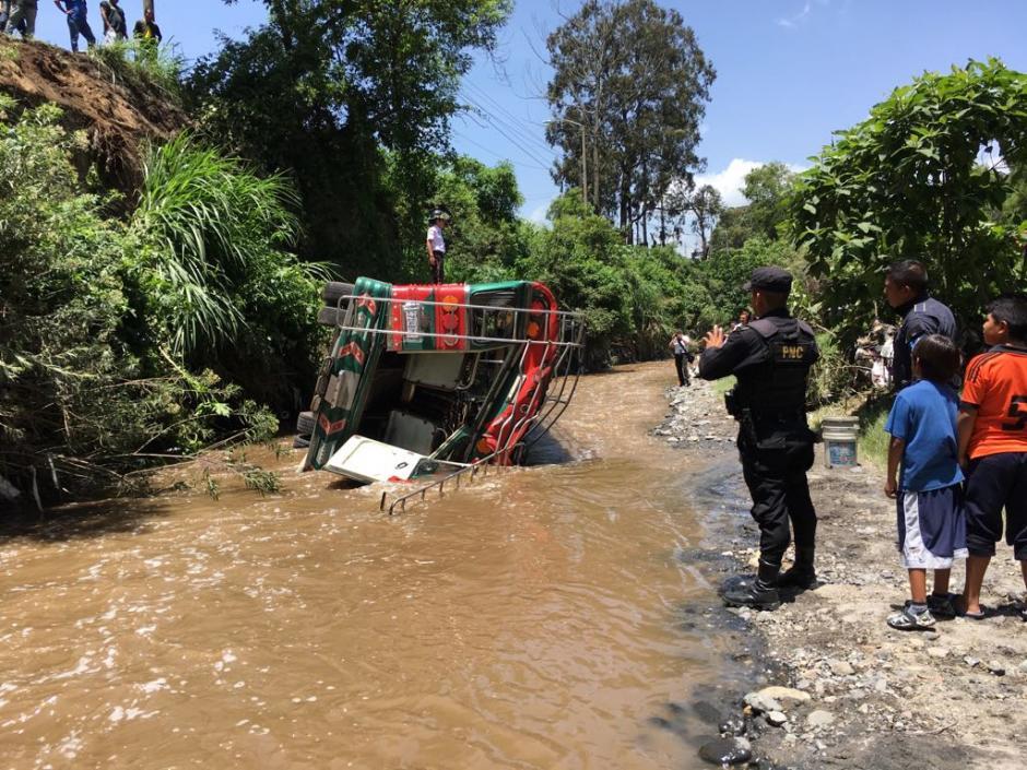 El autobús cayó en una hondonada en la ruta hacia el Pacífico. (Foto: Bomberos Voluntarios)