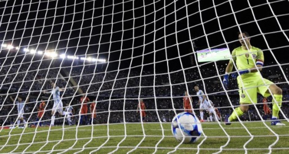 Messi de penal marco el gol del triunfo de Argentina. (Foto: AFP)