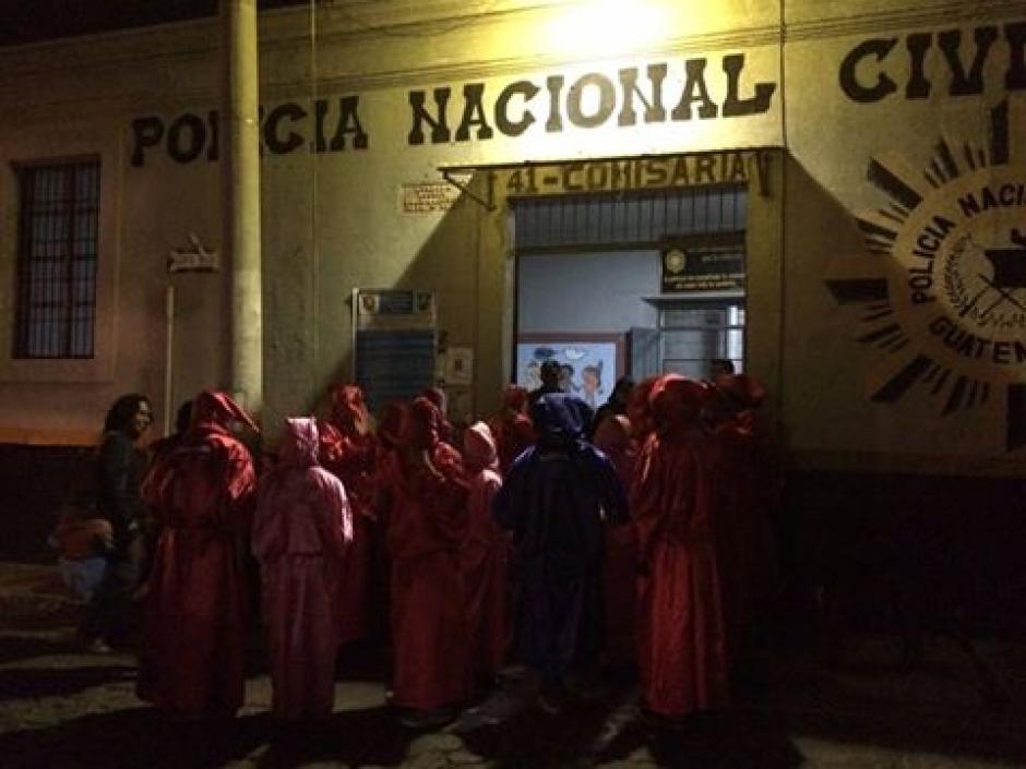 Los encapuchados del Cunoc tratan de ayudar a varios sectores de la sociedad. (Foto: Erick Colop/Stereo 100)