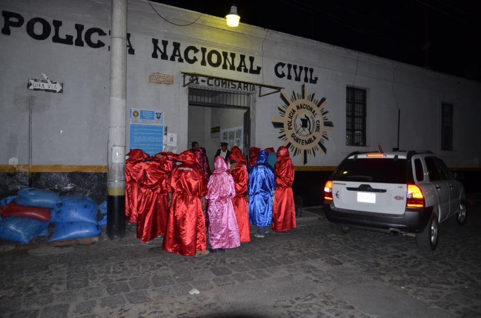 Los huelgueros llevaron comida y bebidas a los elementos policiales. (Foto: Erick Colop/Stereo 100)