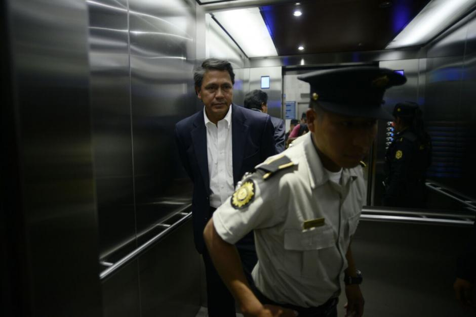 Juan David Alcázar sale de tribunales. (Foto: Wilder López/Soy502)