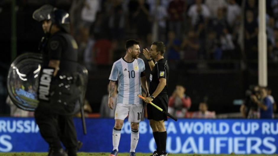 Messi encaró e insultó al árbitro asistente. (Foto: AFP)