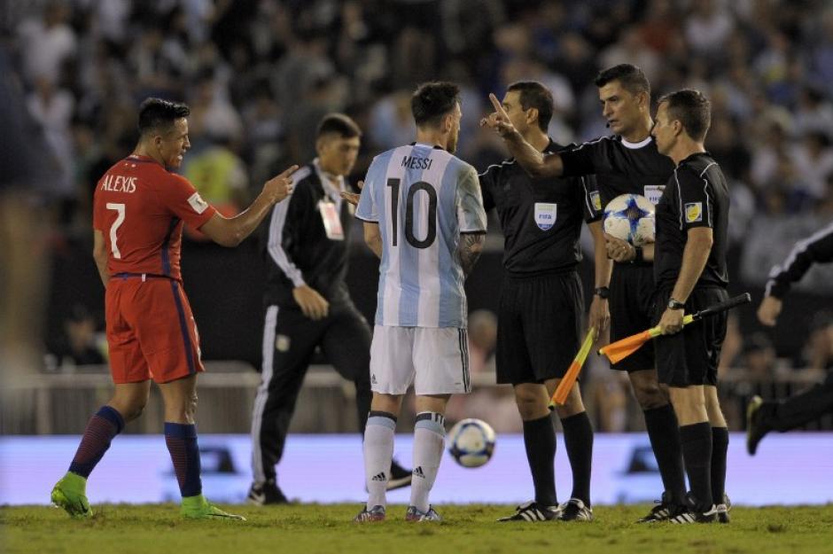 Al final del partido se fue sobre los silbantes para increparles. (Foto: AFP)