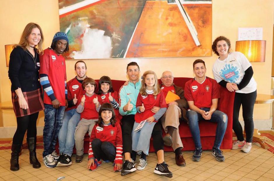 La visita de los niños a CR7 tuvo lugar en Cascais. (Foto: Twitter)